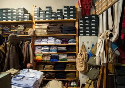 Un corner con camicie e maglie