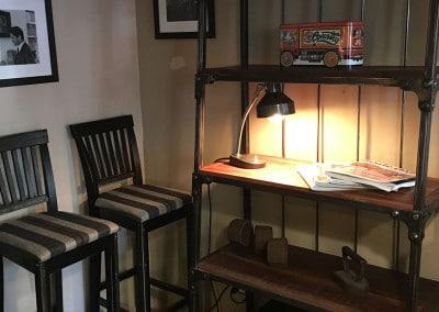 Libreria in legno e ferro battuto