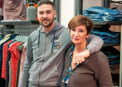 Paola e il figlio Riccardo nel negozio di famiglia