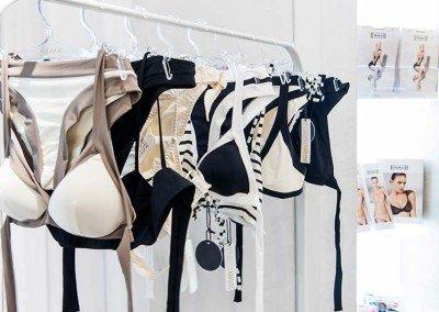 Bikini bicolor per una estate all'insegna del glamour