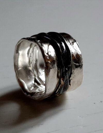 anello Sufficiente Expansion in argento lucido e brunito di Exati Jewels